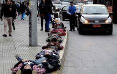 Pour commémorer le coup d'état du général Pinochet, 1.210 personnes se sont allongées dans les rues de Santiago pour représenter les personn...