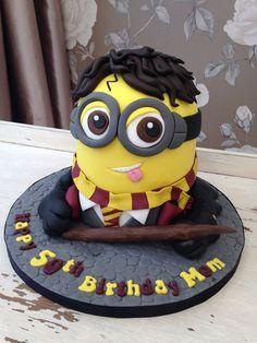 Harry Potter minion cake Harry Potter Torte, Harry Potter Desserts, Harry Potter Treats, Harry Potter Birthday Cake, Harry Potter Bday, Harry Potter Food, Anniversaire Harry Potter, Lego Cake, Cake Minecraft