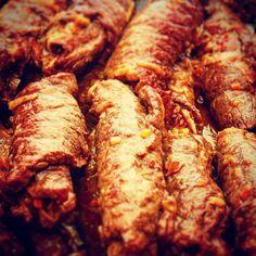 Was ist das? #raetsel #wirtshaus #wirtshauskueche #regionalitaetueberalles #daraufeinbier #aufzumzuser #woraufwartestdunoch #hausmannskost Sausage, Meat, Instagram Posts, Food, Koken, Sausages, Meals, Chinese Sausage
