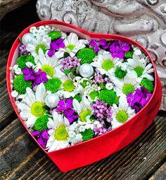 Sevgiliye Özel Papatya Concept  Kullanılan Malzemeler: Renkli mevsim çiçekleri, Papatyalar ve Kalp Kutu