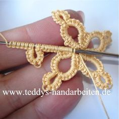 Crochet tatting tutorials -German language - Also covers other handcrafts - Helpful Photographs. Crochet tatting tutorials - this site is full of great tutorials for all handcrafts. Helpful pictures, but explanations in German, teddys-handarbeiten. Irish Crochet, Crochet Motif, Diy Crochet, Crochet Crafts, Yarn Crafts, Crochet Flowers, Crochet Stitches, Crochet Projects, Crochet Patterns