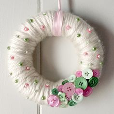 Brighten up your decor with a yarn-wrapped button wreath!, Brighten up your decor with a yarn-wrapped button wreath! - Brighten your decor with a yarn-wrapped button wreath! Wreath Crafts, Xmas Crafts, Spring Crafts, Diy Wreath, Yarn Crafts, Easter Crafts, Crafts To Make, Arts And Crafts, Sharpie Crafts