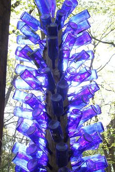 Beautiful blue light shining through. Southern Bottle Trees are lovely! Beautiful blue light shining through. Southern Bottle Trees are lovely! Wine Bottle Garden, Diy Bottle, Blue Bottle, Glass Garden, Bottle Art, Bottle Crafts, Garden Art, Glass Bottle, Garden Totems