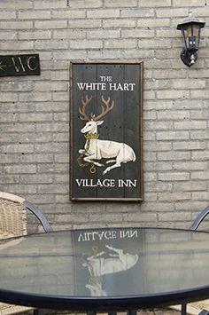 Bijna een meter hoog is dit witte hert. Het is goed te zien dat dit al een behoorlijk oud bord is. Het is dan ook gemaakt in 2016 door RAWdecorations.com