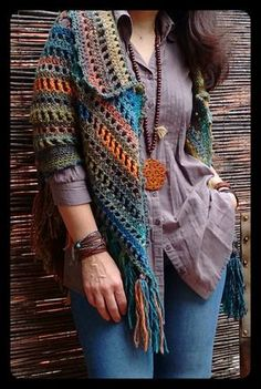 This Pin was discovered by Sii Crochet Coat, Crochet Jacket, Crochet Cardigan, Crochet Shawl, Crochet Clothes, Crochet Stitches, Crochet Patterns, Poncho Shawl, Crochet Fashion
