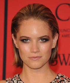 Cody Horn's dirty blonde locks looked totally sleek and sophisticated when styled into a slicked back bob. Rock Hairstyles, Short Bob Hairstyles, Pretty Hairstyles, Hairdos, Short Brown Hair, Short Hair Cuts, Short Hair Styles, Pretty Hair Cuts, Kristen Stewart Short Hair
