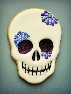 Sugar Skull Decorated cookie for Cinco de Mayo or Halloween Fall Cookies, Iced Cookies, Cute Cookies, Easter Cookies, Holiday Cookies, Cupcake Cookies, Skull Cupcakes, Dessert Halloween, Fete Halloween
