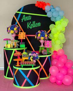 Arraso de festa com o tema Neon! Sleepover Birthday Parties, Birthday Party For Teens, Sweet 16 Birthday, Neon Birthday Cakes, 16th Birthday, Neon Party Themes, 80s Party Decorations, Decoration Party, Glow In Dark Party