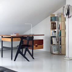 """http://casavogue.globo.com/Interiores/noticia/2013/04/o-cubo-branco-de-paolo-rizzo.html = minimalista  peças dos ícones do bom desenho. Possui um exemplar de 1968 da daybed Barcelona, de Mies van der Rohe: """"É atemporal"""". P/ acompanhar a escrivaninha do escritório, escolheu a Slab Chair, de Tom Dixon, c/ sua forma quase africana: """"Curto sua estranheza"""". Sobre a poltrona Corallo, dos brasileiros Fernando e Humberto Campana, diz: """"É a natureza dentro de casa"""". E a última aquisição? """"É a…"""