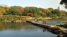 【東京魅力】浜離宮恩賜庭園  位于隅田川河口,江戶時代的代表性大名庭園。17世紀下半葉,在原為將軍家狩獵場的地方建成了甲府藩的別院。其後成為了將軍家的別邸,經過數次的修整,到第十一代將軍家斉的時候就形成了現在的庭園景象。  明治維新以後成為了皇室的行宮,改名為浜離宮。1955年被賜予東京都,第二年開始作為都立公園正式對外開放。面積為約25萬平方米。建在潮入池(引入海水,隨著海潮的漲落景觀也發生變化)的中島上的禦茶屋裏,可以品嘗到抹茶(附送日式點心)。入口有兩處,分別為大手門口(新橋一側)和中之禦門口(汐留一側)。還可以從園內乘坐水上巴士往返于淺草、禦台場、兩國之間。  資料來源:http://www.japan-i.jp/cht/index.html
