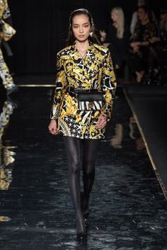 Versace Pre-Fall 2019 Fashion Show Collection: See the complete Versace Pre-Fall 2019 collection. Look 7 Latest Fashion Trends, Runway Fashion, Fashion News, High Fashion, Womens Fashion, Versace Fashion, Versace Versace, Donatella Versace, Moda Streetwear