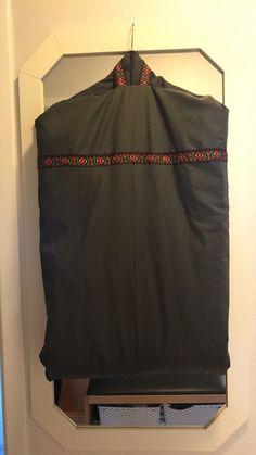 Skal ut å reise med bunaden, så derfor lagde jeg en bunadspose. Den ble for kort, og derfor skjøtet jeg på et stykke, og monterte bånd i skjøten.