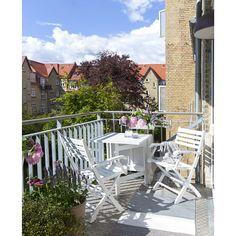 Skagenlund butterfly havebord i hvidmalet FSC® mahogni. Skagenlund havestol i hvidmalet FSC mahogni. Sætpris bord + 2 stole