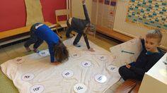 Speelse manier twister rekenen Cijfers leren en wellicht kleuren Leg je hand op blauw 9 en voet op geel 5
