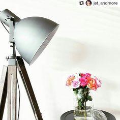 #kwantumrepost Woah, stoer is ie hè, vloerlamp Vista? Leuk idee om hem juist met gezellige bloemen te combineren @jet_andmore :-) #kwantum #kwantum_nederland #vloerlamp #verlichting #wonen #interieur