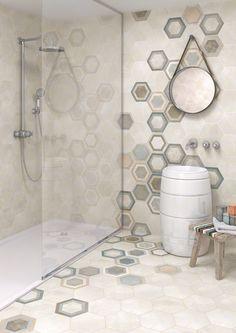Bathroom tiled with porcelain hexagon tile in concrete style. RIFT: Hexágono Bushmills Multicolor - 23x26'6cm. | Floor Tiles - Porcelain | VIVES Azulejos y Gres S.A. #porcelain #tile #concrete