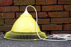 E chegamos ao último #DIY de pendente da semana – se você não viu os outros, pode clicar aqui e aqui. Também na linha do reaproveitamento de materiais, esse, contudo, tem um estilo mais industrial e de proporções maiores. Você vai precisar: - gaiola de trás de um ventilador quebrado ou não mais utilizado; - Uma luminária de metal ou plástico barato (ou um bowl desses materiais que você não se importe de furar); -fio de aço galvanizado; - alicate; - cortadores de fio ou faca afiada…