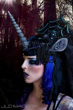 Unicorn Headpiece- I love the layers of detail in this. I can't wait to make my next headpiece. (Photo credit: Magic in the Dark by Jessica Lindsay Drake on Creative Halloween Costumes, Halloween Makeup, Costume Halloween, Unicorn Headpiece, Unicorn Horns, Narnia Costumes, Funky Hats, Wedding Photo Booth Props, Unicorn Fantasy