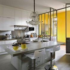 Un style industriel avec verrière en métal ! http://www.m-habitat.fr/par-pieces/cuisine/une-cuisine-a-la-deco-industrielle-3257_A