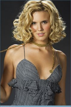 Maggie Grace She lived in Hawaii during the filming of the show's first season, and signed on to star opposite Tom Welling in The Fog, a 2005 remake of the 1980 horror film of the same name, as a character originally played by Jamie Lee Curtis Maggie Grace, Unique Hairstyles, Hairstyles Haircuts, Actrices Sexy, Medium Curly, Long Curly, Curly Bob, American Actress, Beautiful Actresses