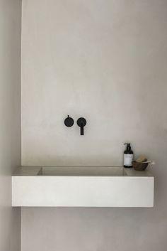 Matt black tap by VOLA Denmark. Tap designed in 1968 by Arne Jacobsen. Interior design by Laura Seppanen. Black and white bathroom. Minimalist Home Interior, Minimalist Bathroom, Interior Modern, Bathroom Styling, Bathroom Interior Design, Bathroom Inspiration, Interior Inspiration, Sauna Design, Tadelakt