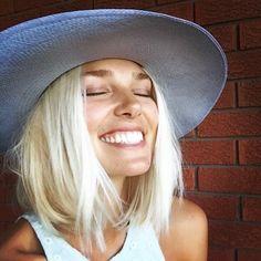 tendance coupe au carrée et couleur blond nordique, sourire radiant