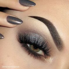 Silver smokey eye with a pop of gold - makeup look with Urban Decay Naked Smoky http://www.crystalcandymakeup.com/2015/08/urban-decay-naked-smoky-eyeshadow-palette-review-swatch.html