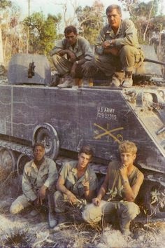 APC crew, 1971 Vietnam - the crew and the dismounts don't usually hang out in a mech(anized infantry) platoon.that track has two machine-guns mounted on it! Vietnam History, Vietnam War Photos, North Vietnam, Vietnam Veterans, Vietnam Protests, American War, American Soldiers, American Stock, Indochine