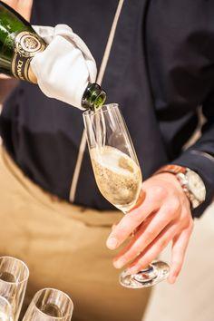 SPARKLING    Kreuzfahrt-Gäste der EUROPA2 werden mit einem Glas Champagner begrüßt.   Guests of a EUROPA2-cruise will be welcomed with a glas of Champagne. Foto: © Hapag-Lloyd Cruises