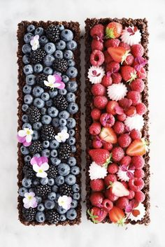 Chocolate berry tarts Crispy tart crust silky smooth milk chocolate ganache and fresh berries which one do you choose Of course the blueberry one is inspired by majachocolat frederikkewaerens berrytarts beautifulcuisines thefeedfeed thefeedfeedchocolate Berry Tart, Fruit Tart, Milk Chocolate Ganache, Chocolate Chocolate, Snack Recipes, Dessert Recipes, Milk Recipes, Dessert Aux Fruits, Beautiful Desserts