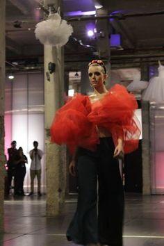 Rosana Rich desfilando en pasarela Emerge en Matadero.