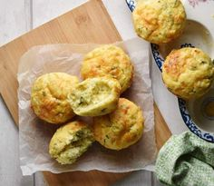 These savoury, super fluffy cauliflower muffins are made using cauliflower rice, a moderate amount of cheese, nutritious kefir and fresh chives. They make a delicious snack, lunchbox idea or savoury veggie breakfast. Cauliflower Muffins, Veggie Muffins, Savory Muffins, Cauliflower Cheese, Savory Breakfast, Healthy Muffins, Cauliflower Recipes, Breakfast Recipes, Kefir