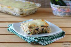 Lo sformato di zucchine con salsiccia e besciamellaè un ricco secondo piatto. Realizzato con zucchine grigliate, salsiccia, besciamella e parmigiano.