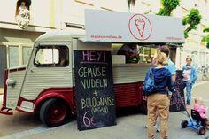 """Daniel Kalbfuß (rechtes Bild, li.) und Markus Kemen sind die Besitzer des veganen Imbisswagens """"Möhren-Milieu"""". Auch das Gefährt, das mit allem ausgerüstet ist, was ein Imbisswagen braucht, ein Citroen HY aus dem Jahr 1974, ist ein echter Hingucker.  Fotos: Möhrenmilieu / hbz/Judith Wallerius"""