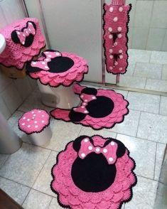 Jogo de banheiro rendado: 40 ideias, tutoriais e inspirações Crochet Car, Easter Crochet, Mickey Bathroom, Lucy Fashion, Toilet Decoration, Disney Kitchen Decor, Homer Decor, Crochet Christmas Wreath, Bathroom Crafts