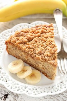 Use GF flour! A moist banana cake topped with an easy crumb topping. This Banana Crumb Cake is a perfect way to use those ripe bananas! Rotten Banana Recipe, Ripe Banana Recipe, Banana Slice, Fun Desserts, Delicious Desserts, Dessert Recipes, Tart Recipes, Baking Recipes, Granola