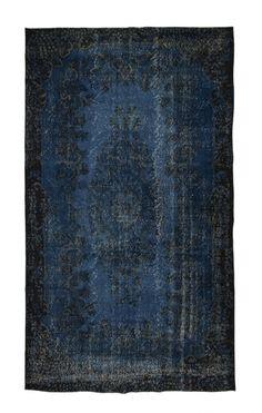 Authentiek recolored vloerkleed in een kobalt blauwe kleur. Originele oude tapijten in een nieuwe tint. Check de collectie voor alle vintage tapijten op voorraad. Geverfde kleden in alle kleuren!