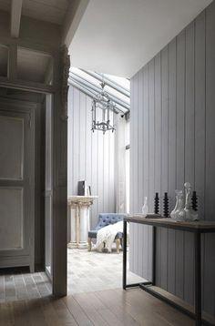 Parement bois : Imberty joue avec les tendances de la décoration (http://www.imberty.fr/parements-muraux/). Ici un intérieur chic pour l'hiver avec le parement bois Quartz. Dans les tons gris, ce parement bois s'associe avec une palette de bleus vibrants pour obtenir une lumière unique. Une ambiance cosy au charme intemporel. #bois #gris #bleu