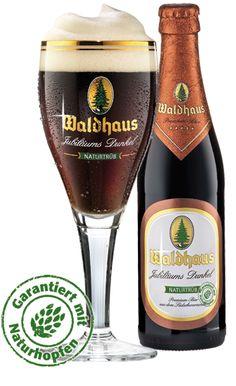 Waldhaus Jubiläums Dunkel: Der unfiltrierte, dunkle, etwas andere Biergenuss.Mit der leicht röstmalzaromatischen Note und der ausgewogenen, leichten Vollmundigkeit ist dieses Bier eine Streicheleinheit für jede Bierkehle. Alk. 5,6% vol