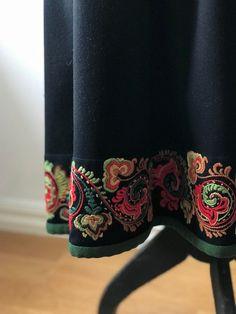 Vakker eldre Øst Telemark bunad komplett med endel sølv   FINN.no Folk Embroidery, Norway, Women's Clothing, Dress Up, Textiles, Clothes For Women, Detail, How To Wear, Style
