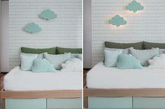 Quarto de bebê - decoração moderna - verde menta branco madeira clara e cinza - luminárias de nuvem ( Projeto: Triplex Arquitetura )