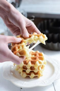 Salted waffles with raclette cheese Raclette Vegan, Tapas, Sweet Party, Mardi Gras Food, Salty Foods, Pancakes And Waffles, Street Food, Finger Foods, Dessert Pizza