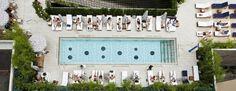 L'ultimo piano del Dream Hotel di New York ha una piccola ma graziosa piscina dove rinfrescarti e prendere l'aperitivo. Si trova a 5 minuti a piedi da Times Square ed è la location perfetta se vuoi vivere la movida di Manhattan.