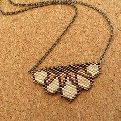 Un collier fin et délicat , réalisé des perles de verres japonaises (j ai utilisé des miyukis delicas 11/0 pour la réalisation de ce tissage en brick stitch . le motif a été créer par moi meme la chaine est de couleur bronze décidement j adore ces petites perles .. N hesitez pas a me