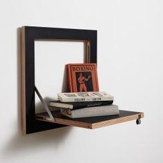 Das KleineQuadratisch wie ein Sofakissen, nur nicht so dick. Passt überall hin, auch in das kleinste Regalkonzept. Es ist ein Flurregal, ein Nachttisch, ein Vasenhalter, ein Kochbuchregal oder einfach nur ein Quadrat an der Wand. Oho.Kombinierbar mit allen Produkten des Fläpps Regelsystems.Material: Multiplex Birke, EdelstahlMaße: 400 x 400 x 20mmOberfläche: Lack