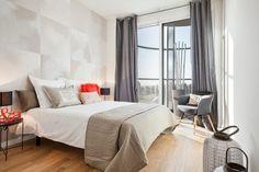 Busca imágenes de Dormitorios de estilo moderno: PISO PILOTO EN BARCELONA CUIDAD todo decorado por HOME DECO by JUDITH FARRAN . Encuentra las mejores fotos para inspirarte y crea tu hogar perfecto.