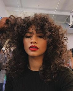 Zendaya makeup Red lips + curls