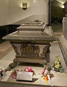 La tumba de la emperatriz Elisabeth, junto a la de su esposo Franz Joseph en Viena Imperial Crypt, en el otro lado de la tumba de Franz Josef es el de su hijo, el príncipe heredero Rudolf