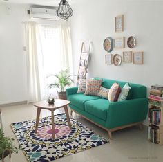 Love how the couch, rug, and throw pillows add a pop of color to this home. - Best Home Deco Cozy Living Rooms, Interior Design Living Room, Living Room Designs, Living Room Furniture, Living Room Decor, Design Interiors, Apartment Living, Colorful Interiors, Decoration Inspiration
