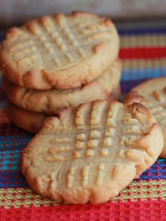 Classic Peanut Butter Cookies This classic Peanut Butter Cookies recipe makes beautifully soft, crisp cookies that melt in your mouth! The secret ingredient to my peanut butter cookies is golden sy… Classic Peanut Butter Cookies, Peanut Butter Cookie Recipe, Cookie Recipes, Köstliche Desserts, Delicious Desserts, Dessert Recipes, Yummy Food, Health Desserts, Yummy Cookies